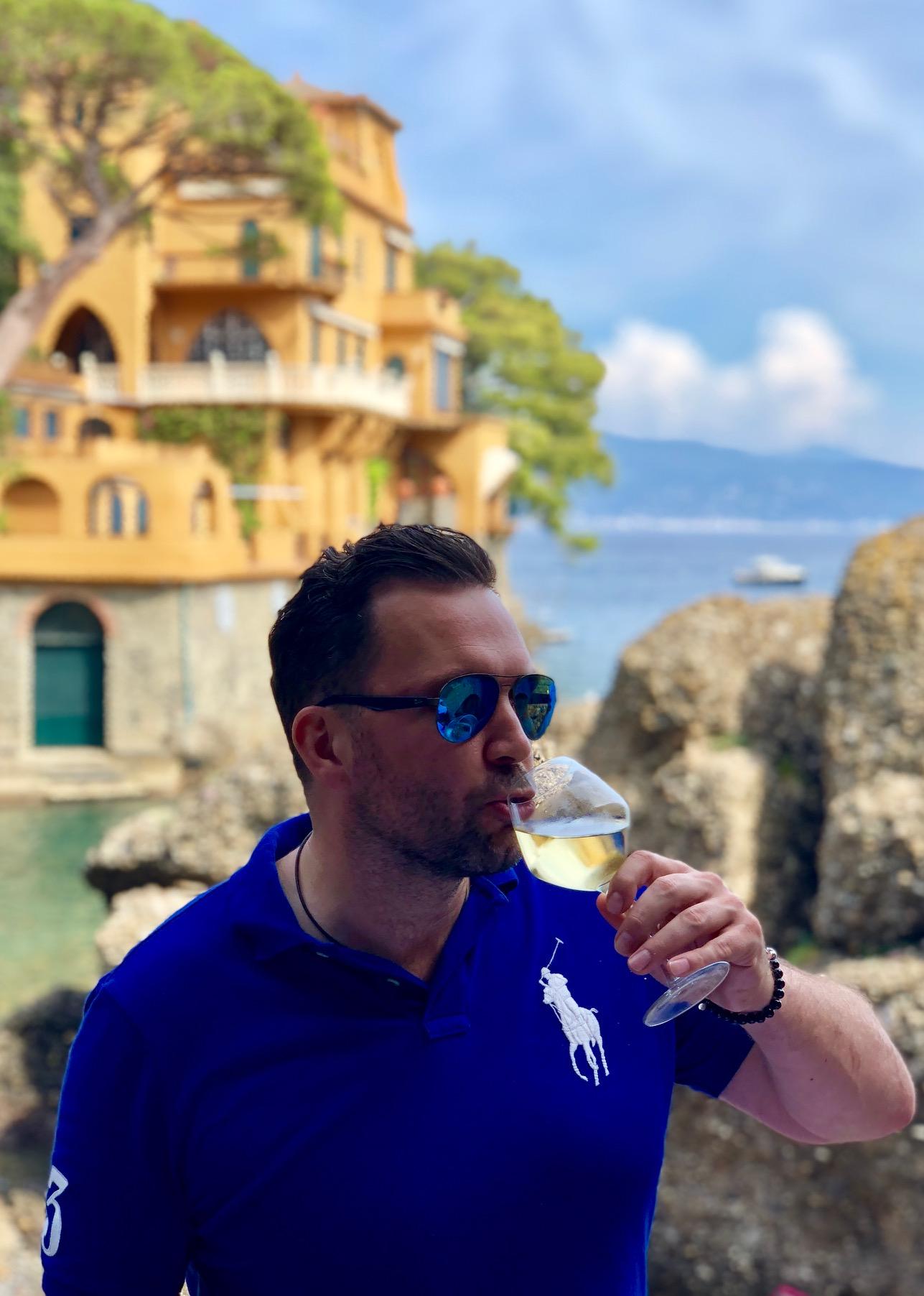 mezczyzna luksusowe wakacje w Portofino