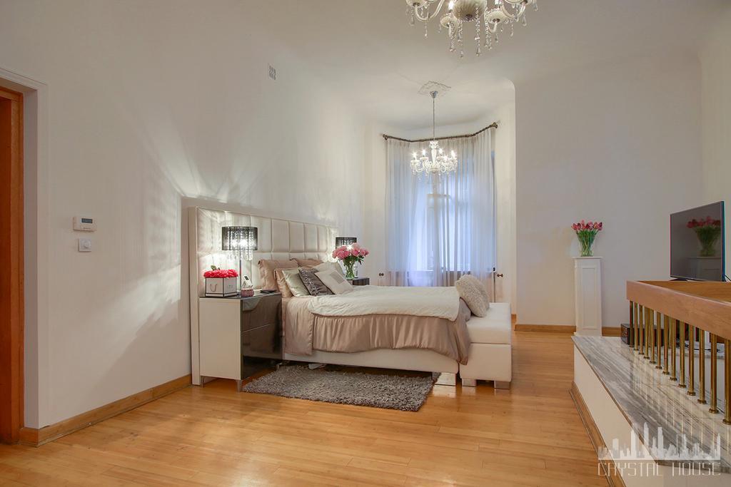 przestronna jasna sypialnia z podwójnym łóżkiem