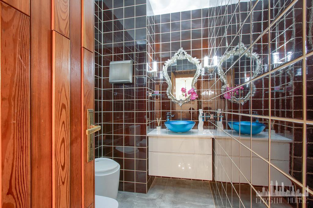 łazienka z czarnymi kafelkami na ścianach