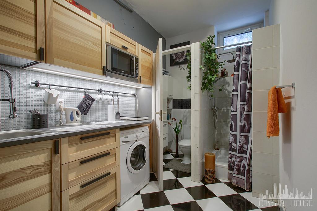 nowoczesna kuchnia z pralką, toaletą i prysznicem