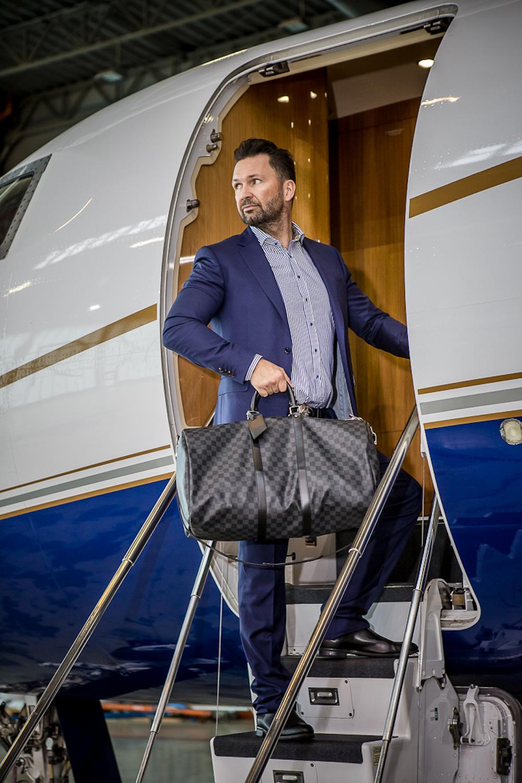 Mężczyzna z torbą Louis Vuitton