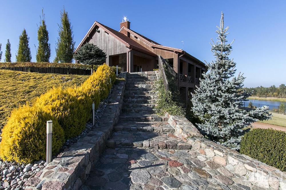 drewniany dom nad rzeką