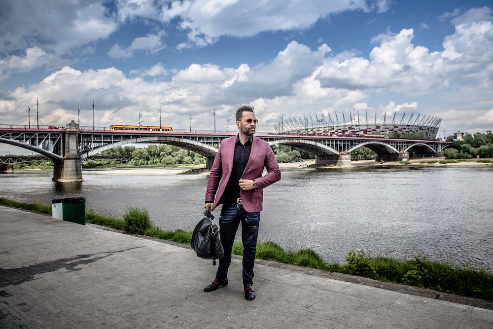 Mężczyzna z torbą Louis Vuitton nad Wisłą