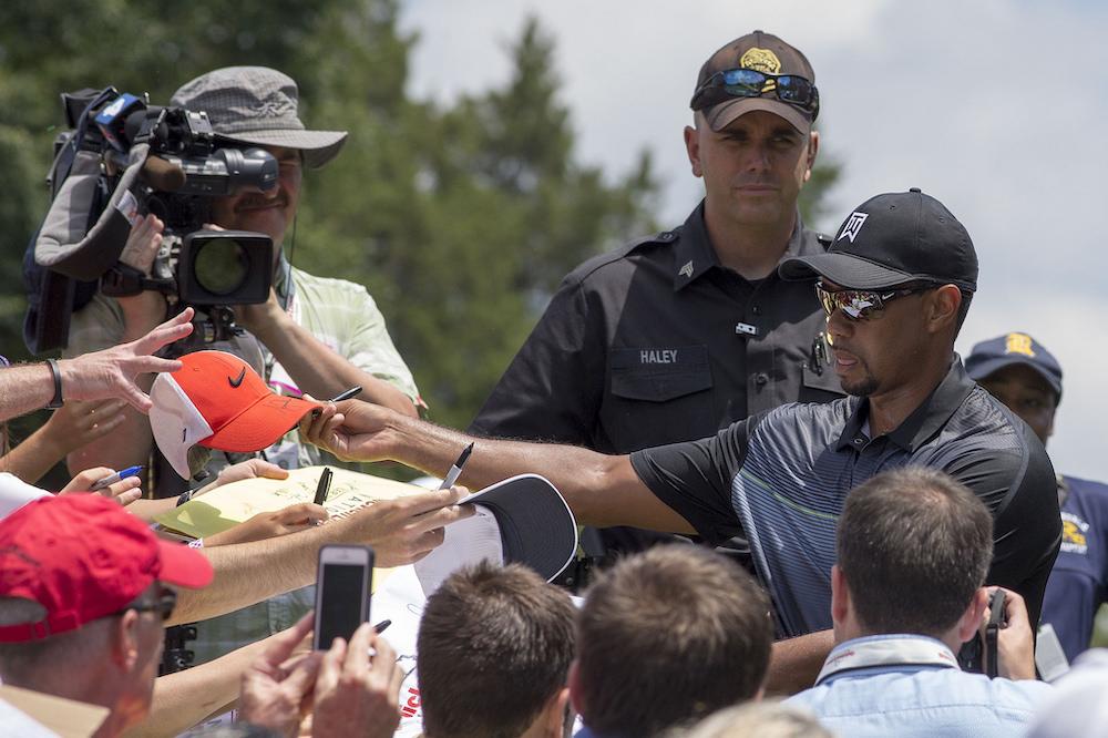 Tiger Woods rozdaje autografy