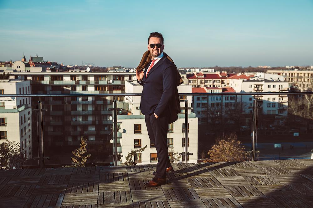 Elegancki mężczyzna na balkonie