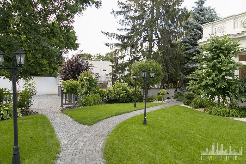 zadbany ogród z trawnikiem i alejką
