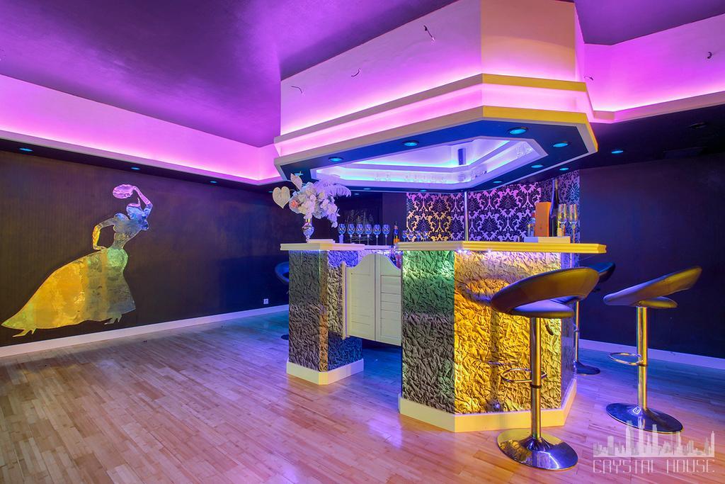 podświetlona na fioletowo sala bankietowa z barem