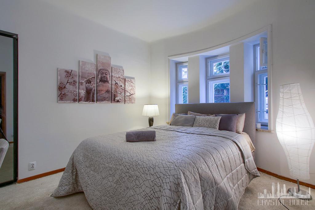 jasna sypialnia z podwójnym łóżkiem i oknem