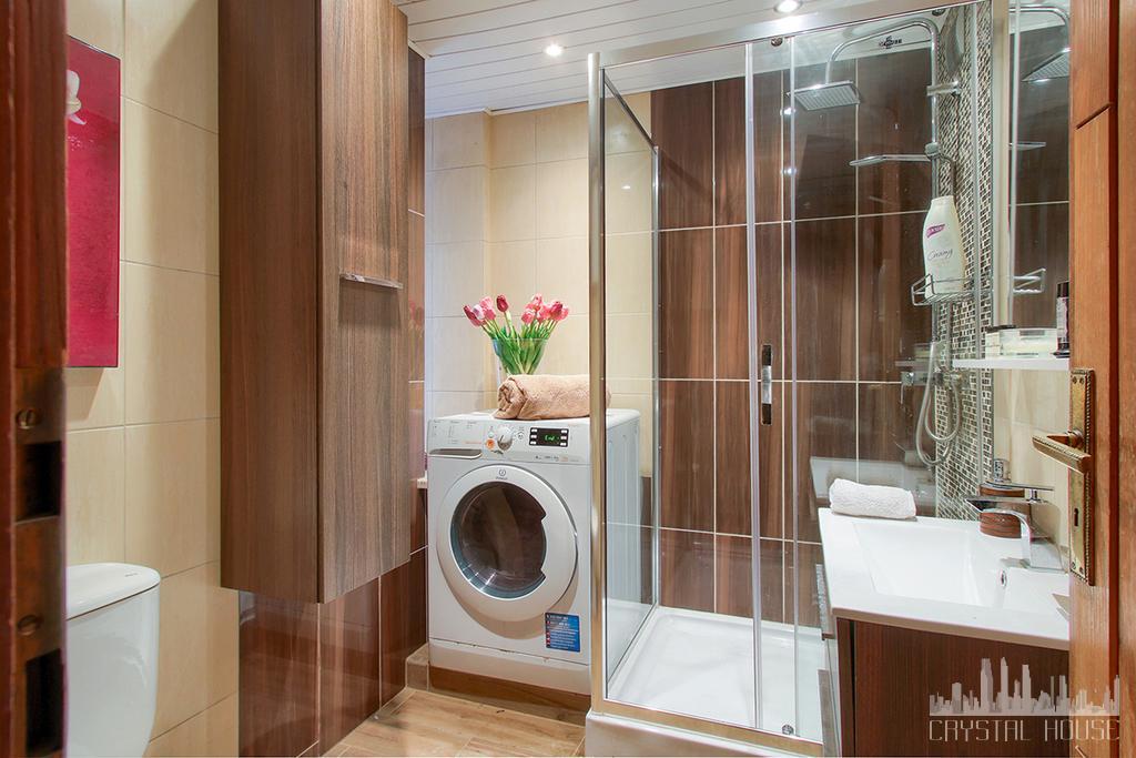 nowoczesna łazienka z pralką i kabiną prysznicową