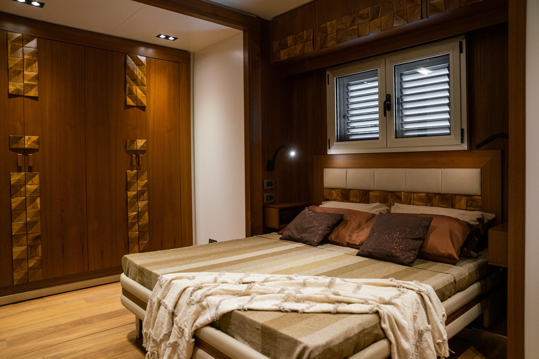 Sypialnia w luksusowej przyczepie mieszkalnej