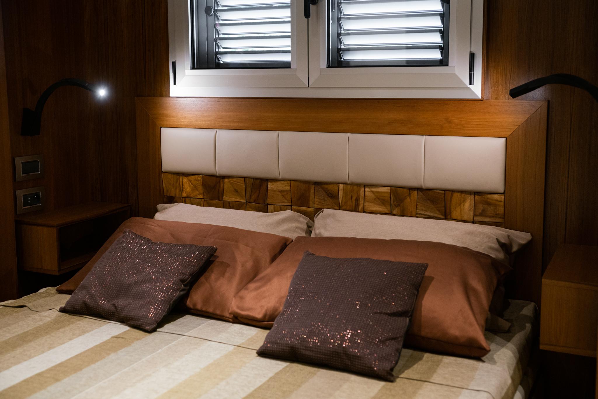 Poduszki i wezgłowie luksusowego łóżka