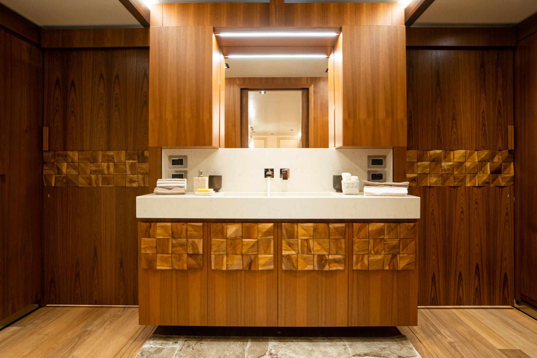 Łazienka w luksusowej przyczepie mieszkalnej